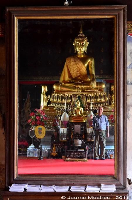 Autoretrat. Mirall ubicat davant l'altar del Wat Phawanaphirataram. Va fer-lo portar d'Itàlia el rei tailandès Rama VI durant la segona dècada del segle XX.