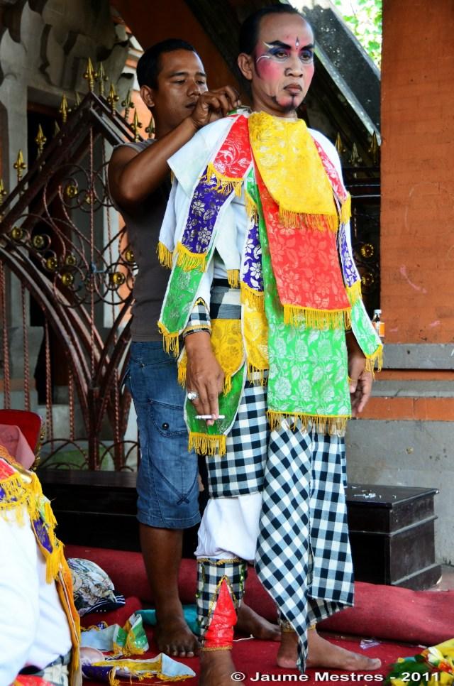 Abillant-se per a una competició de dansa entre cada un dels quatre barris del mateix vilatge, Padangtegal. Bali Central.