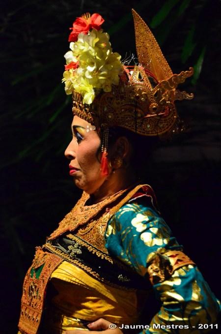 La ballarina de Legong respira profund abans de sortir a escena.