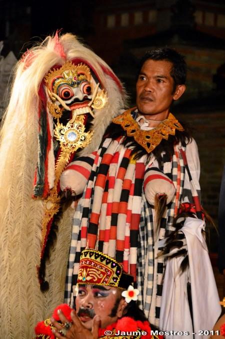 L'intèrpret del monstre més temible de la mitologia balinesa, la bruixa Rangda, observat per la seva pròpia màscara.