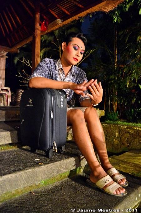 L'artista I Dewa Nyoman Wirawan, conegut per tothom com Unyil, poc abans de començar a vestir-se per a interpretar la dansa que balla com ningú: Teruna Jaya.