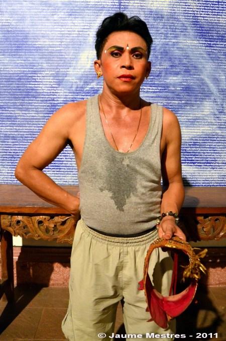 El professor de dansa I Nyoman Joni -fill de Teges Yangloni-, considerat un gran ballarí de Baris quan era infant, després d'una actuació al wantilan del museu ARMA