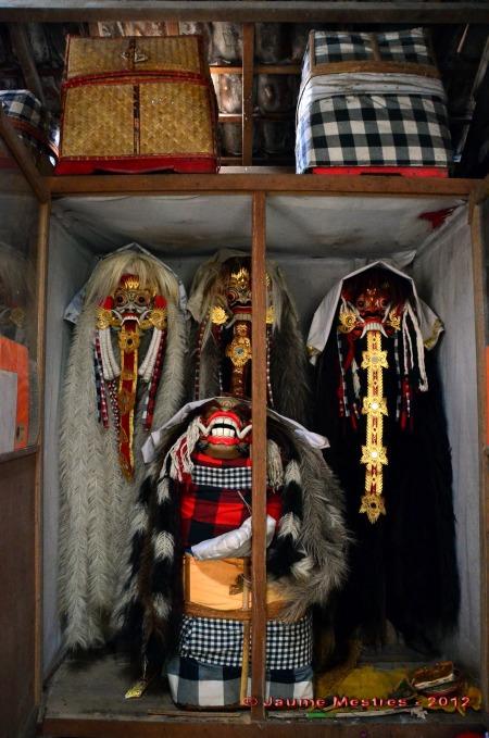 """Armari on la família d'en Wayan custodia les màscares i atuells de la malèfica bruixa Rangda i els seus deixebles o """"moret""""."""