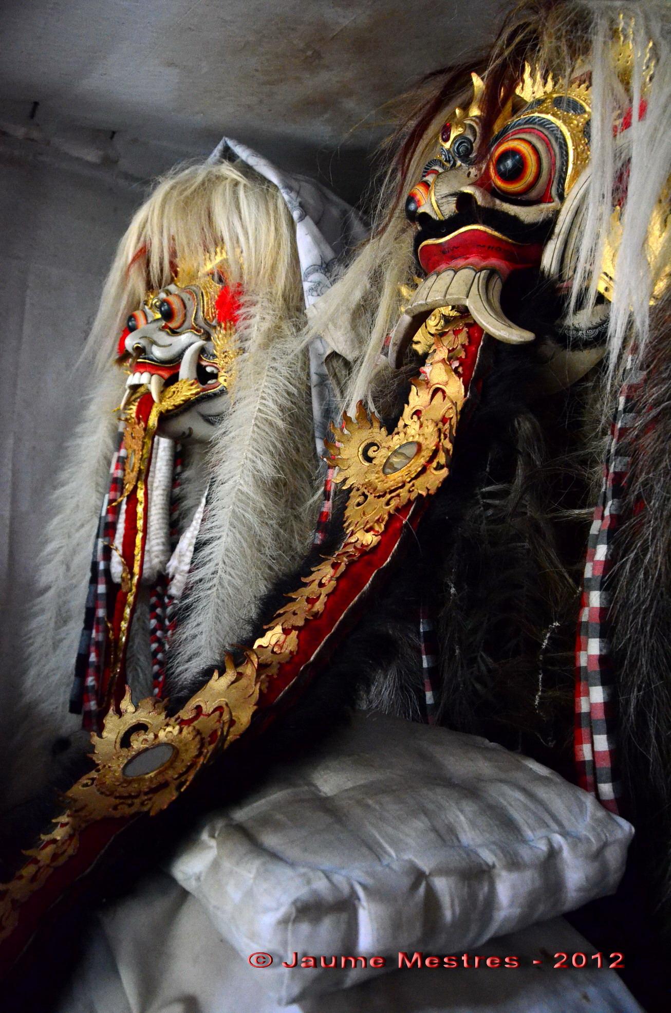 Màscares de la bruixa Rangda, l'ésser més malvat de la mitologia balinesa.