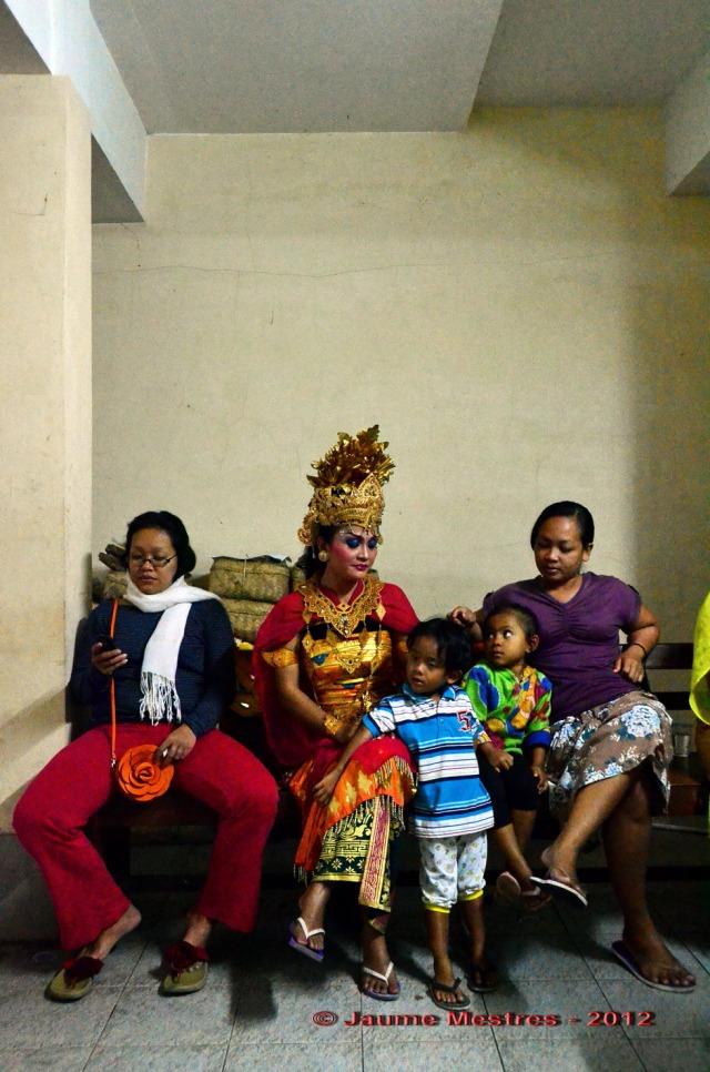 La família de la ballarina. Aquesta fotografia, com totes les que vénen a continuació, són fetes ahir a la nit, amb la Nikon D7000. A 6400 ISO i sense flaix. Mai de la vida no utilitzo flaix per fotografiar. Considero el flaix una abominació i una falta gravíssima de respecte fer-lo servir fotografiant persones. Ubud. Bali