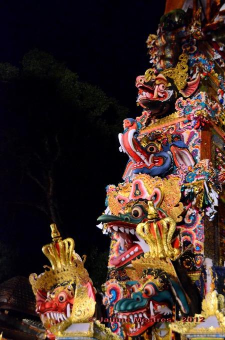La torre on avui posaran el cadàver del difunt per portar-lo a incinerar. Al cementiri baixaran el cadàver de la torre i el dipositaran dins la panxa del toro. Un cop a dins l'incineraran. Amb la cremació es pretén enviar l'ànima del finat al cel a cavall del toro, transport del déu hindú Xiva. Exterior del palau d'Ubud. Bali. Fotografia feta ahir a la nit. Nikon D7000. Posició manual. 6400 ISO. Sense flaix ni trípode.