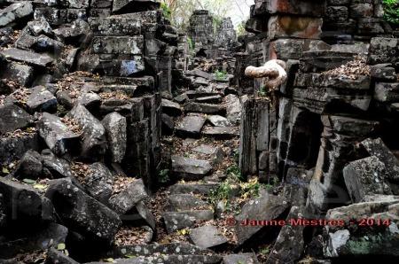 Banteay Chhmar, en fonètica anglosaxona. En fonètica catalana, Bontei Txamàa, aproximadament. Temple enrunat construït cap a finals del segle XII, durant el regnat del rei Jayavarman VII. Després d''Angkor és el complexe arquitectònic enrunat més gran de l''extint imperi Khmer. Nord-oest de Cambodja