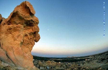 Lluna plena sobre l'oasi de Siwa. Desert Líbic. Egipte