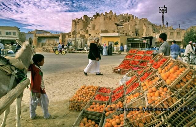Mercat d'hortalisses davant el shali. Oasi de Siwa.Egipte